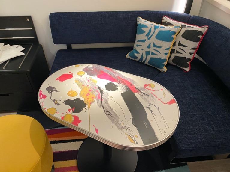 アロフト東京銀座「客室」:ソファー&テーブル