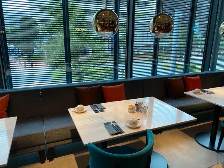 アロフト東京銀座の朝食「全体像と雰囲気」:テーブル&チェア