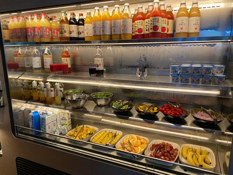 アロフト東京銀座の朝食「ビュッフェ」:ドリンク&サラダ1