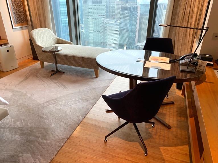 マンダリンオリエンタル東京「客室」:ソファー&テーブル