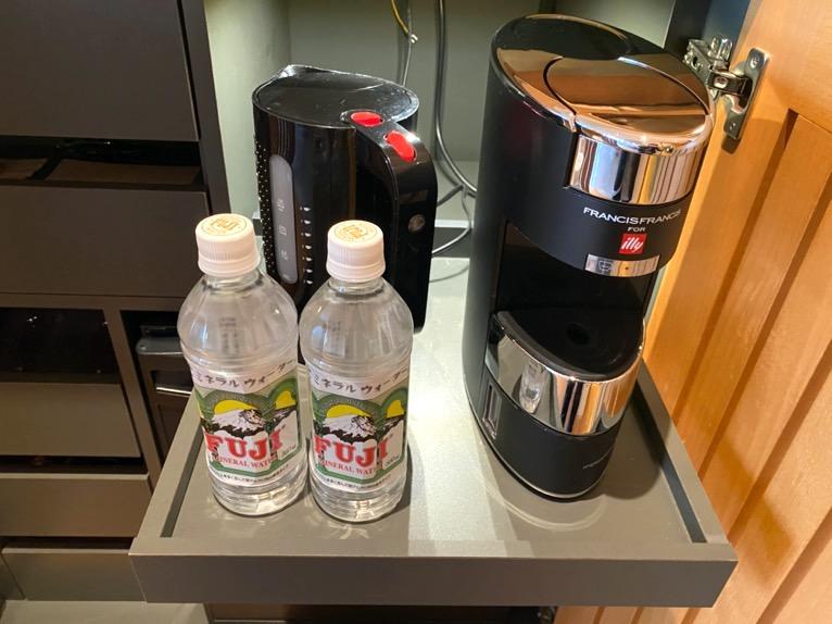 マンダリンオリエンタル東京「客室」:コーヒーメーカー、水