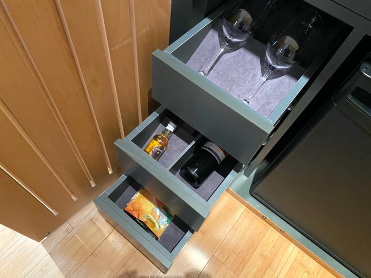 マンダリンオリエンタル東京「客室」:グラス、洋酒、スナック