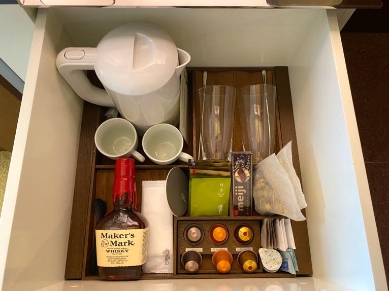 アンダーズ東京「客室」:ポット、グラス、カップ