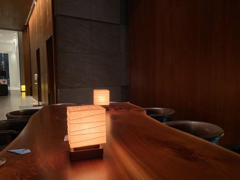 アンダーズ東京「宿泊者専用ラウンジ」:テーブル(イブニングタイム)