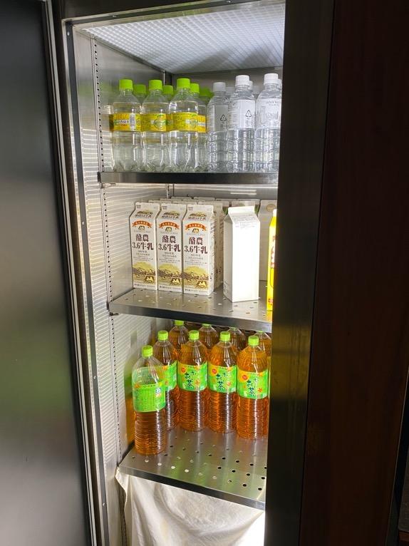 アンダーズ東京「宿泊者専用ラウンジ」:冷蔵庫1