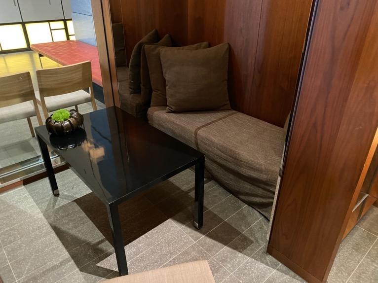 アンダーズ東京「宿泊者専用ラウンジ」:ボックス席
