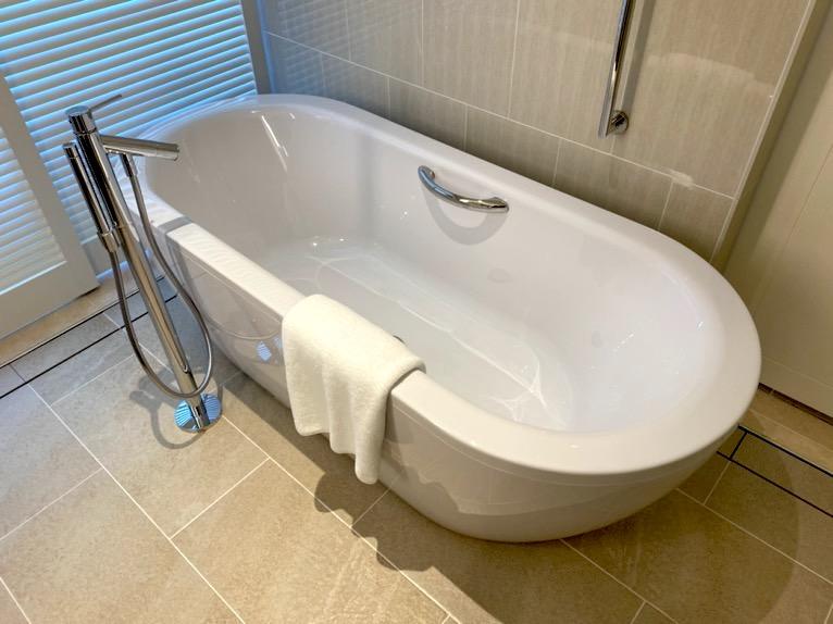 ハレクラニ沖縄「バスルーム」:バスタブ