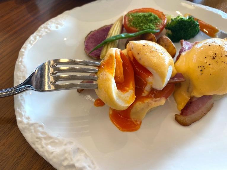 ハレクラニ沖縄「ハウスウィズアウトアキー」:洋食セットの内容(エッグベネディクト2)