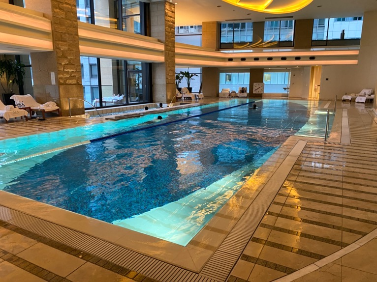 ザ・ペニンシュラ東京のプールとジム、サウナ:スイミングプール