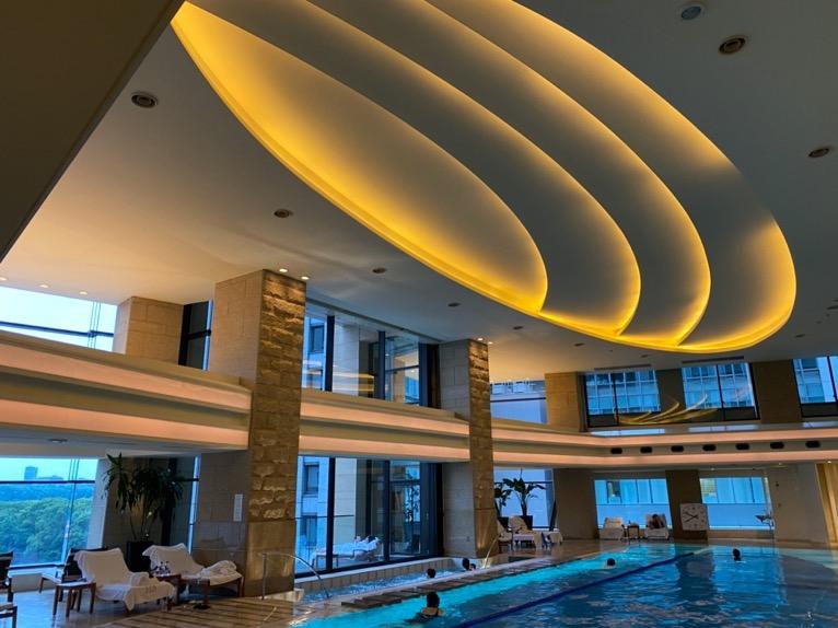 ザ・ペニンシュラ東京のプールとジム、サウナ:天井
