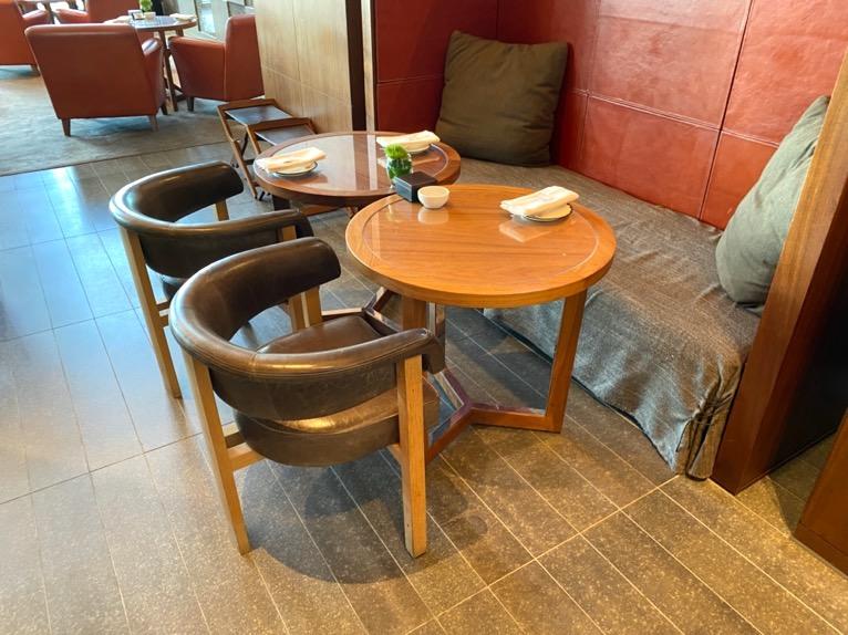 アダンダーズ東京「ザ タヴァン ラウンジ」:テーブル&チェア