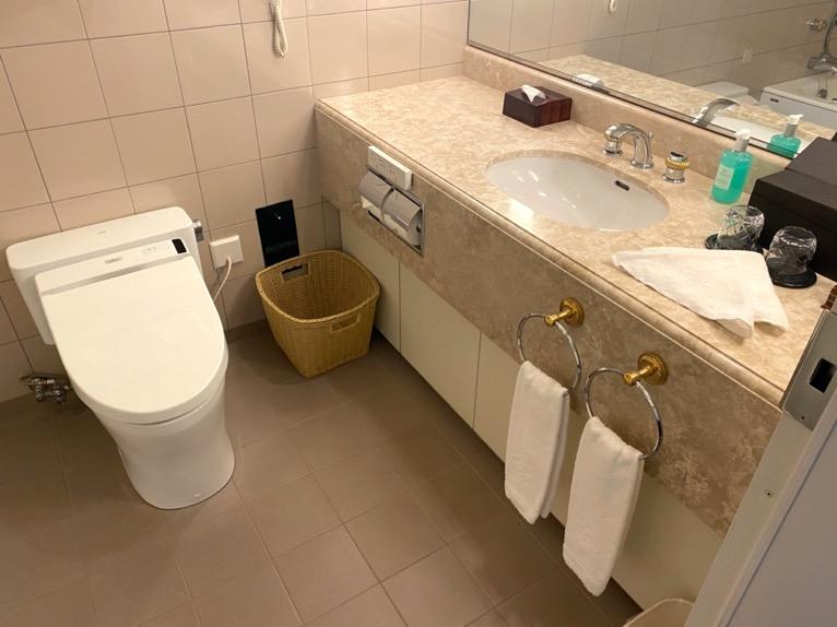 横浜ロイヤルパークホテル「バスルーム」:洗面台&トイレ