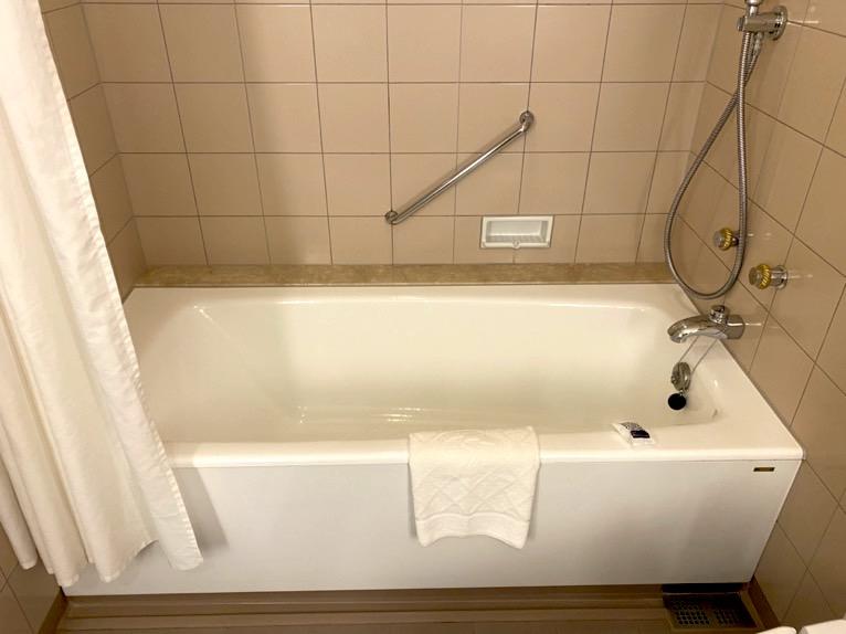 横浜ロイヤルパークホテル「バスルーム」:バスタブ