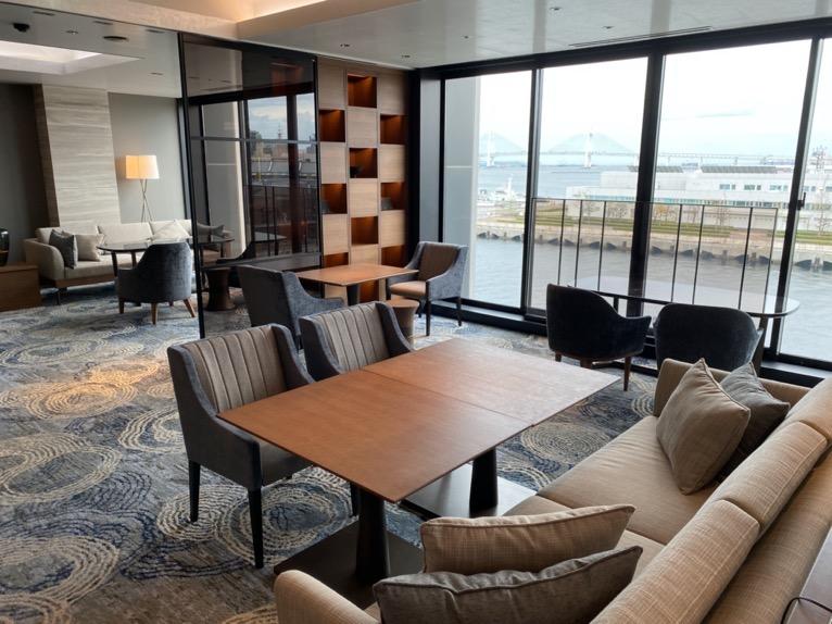 インターコンチネンタル横浜Pier8「クラブラウンジ」:テーブル&チェア
