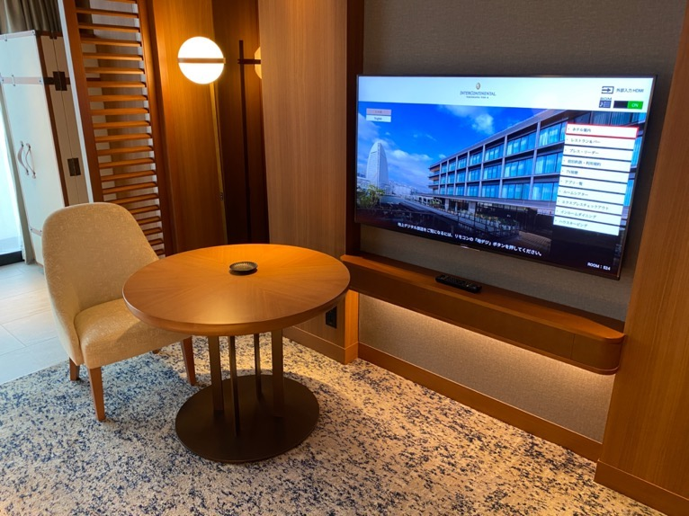 インターコンチネンタル横浜Pier8「客室」:TV&デスク