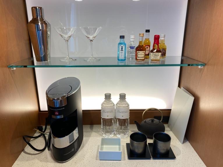 インターコンチネンタル横浜Pier8「客室」:アルコール&コーヒーメーカー、水