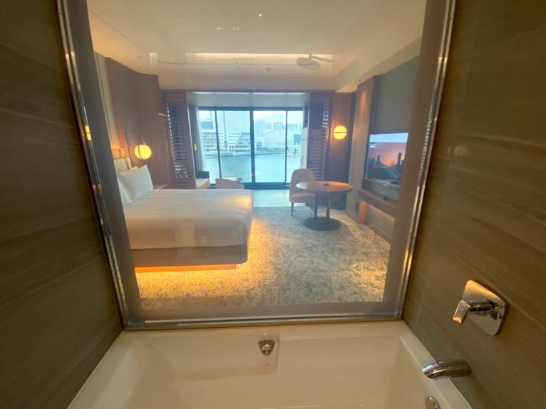 インターコンチネンタル横浜Pier8「客室」:バスルームからの眺望