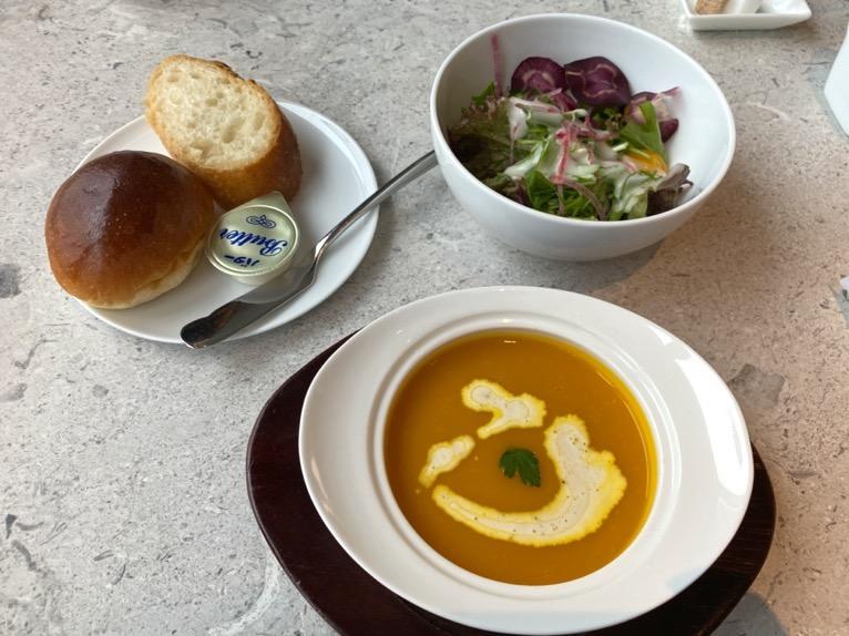 インターコンチネンタル横浜Pier8「朝食」:サラダ、パン、スープ