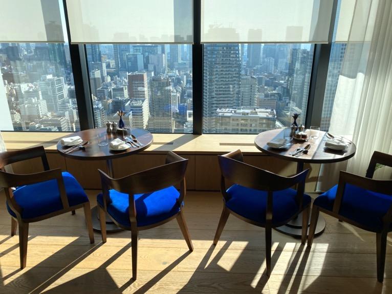 東京エディション虎ノ門「朝食」:テーブル&チェア1