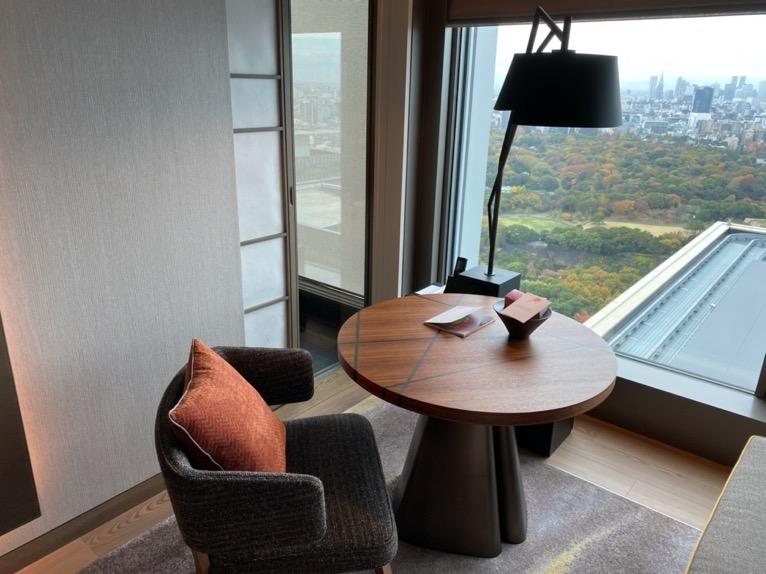フォーシーズンズ東京大手町「客室」:テーブル