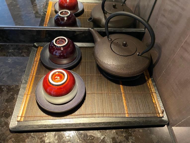フォーシーズンズ東京大手町「客室」:茶器セット