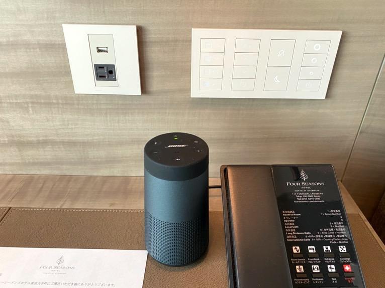 フォーシーズンズ東京大手町「客室」:コントロールボタン&モバイルスピーカー