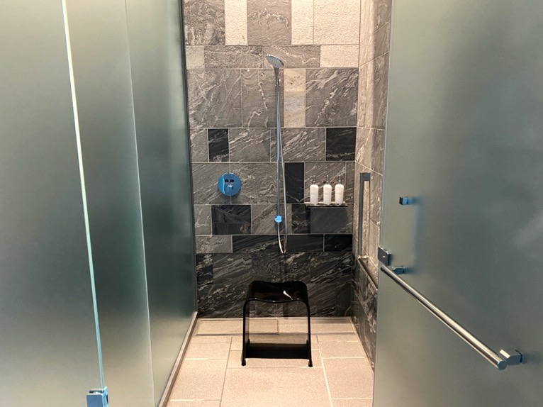 フォーシーズンズホテル東京大手町「温浴施設」:シャワーブース