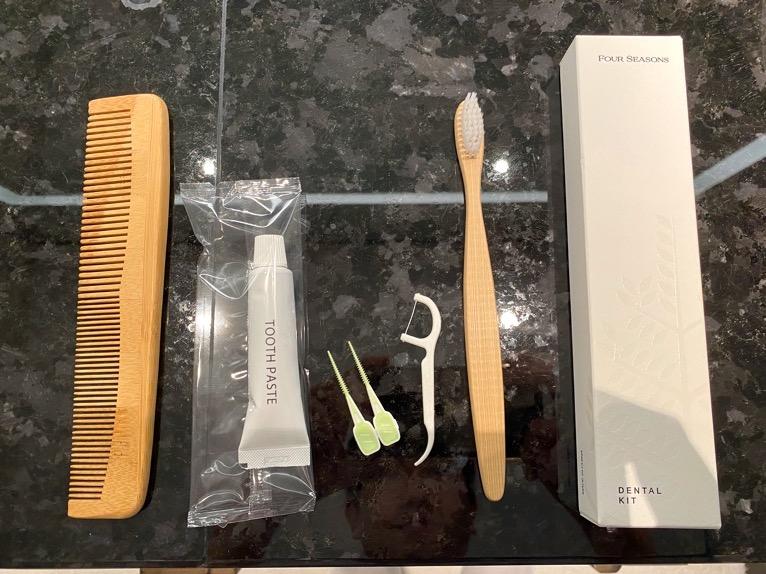 フォーシーズンズ東京大手町「客室」:歯ブラシ、コーム
