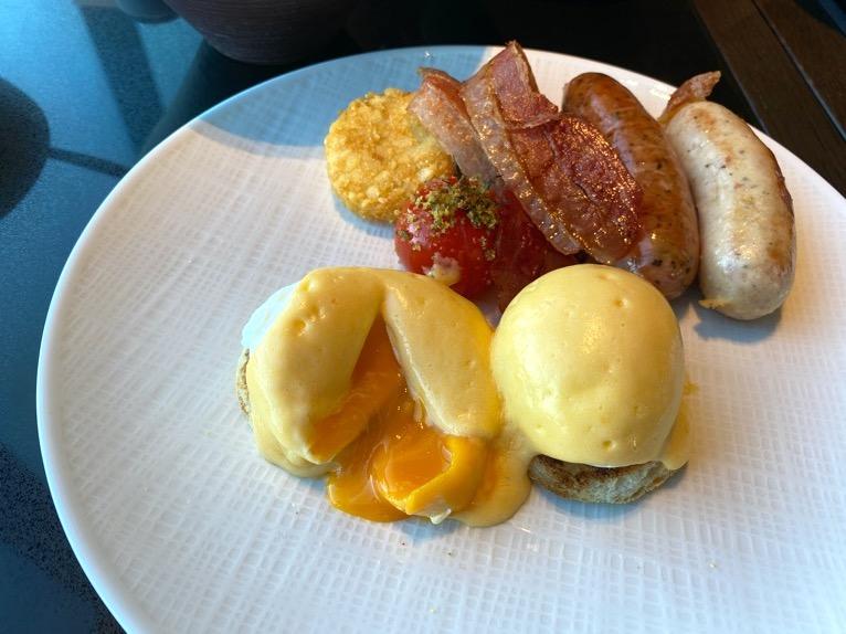 フォーシーズンズホテル東京大手町の朝食:エッグベネディクト