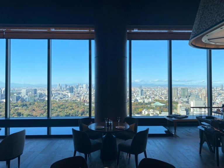 フォーシーズンズホテル東京大手町:「The Lounge」の全体像と雰囲気2(ハイサッシ)
