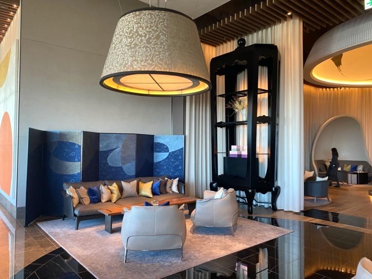 フォーシーズンズホテル東京大手町:「The Lounge」の全体像と雰囲気3(テーブル&チェア)