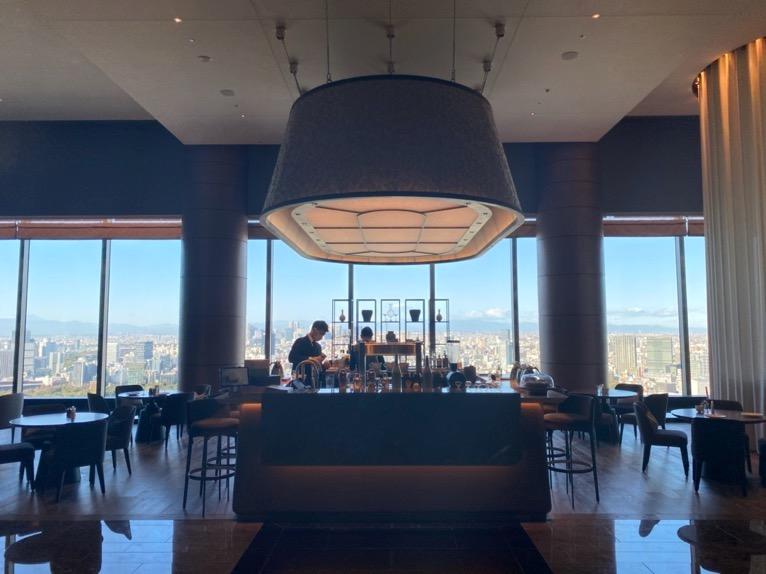 フォーシーズンズホテル東京大手町:「The Lounge」の全体像と雰囲気1(ドリンクカウンター)
