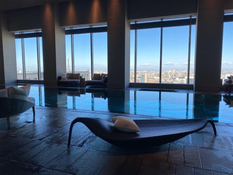 フォーシーズンズホテル東京大手町「屋内プール」:プールサイド