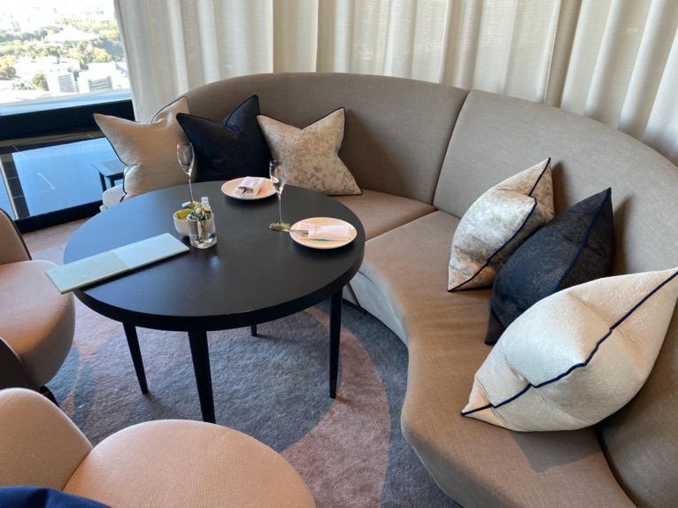 フォーシーズンズホテル東京大手町:「The Lounge」の全体像と雰囲気4(ソファー席)