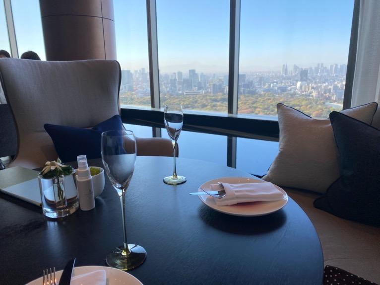 フォーシーズンズホテル東京大手町:「The Lounge」の全体像と雰囲気5(テーブルセッティング)