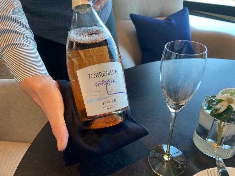 フォーシーズンズ東京大手町「アフタヌーンティー 」:ウェルカムドリンク1(スパーリングワイン)