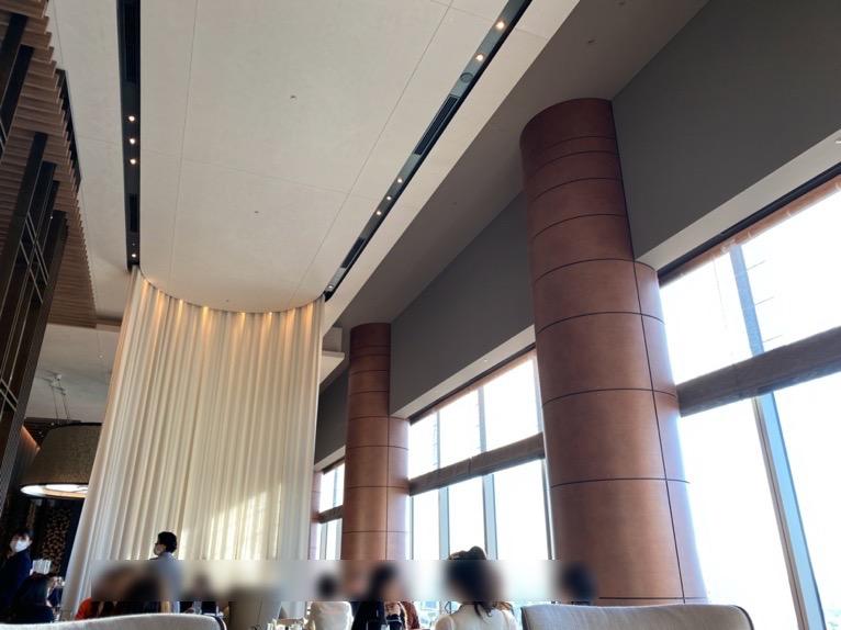 フォーシーズンズホテル東京大手町:「The Lounge」の全体像と雰囲気7(天井)