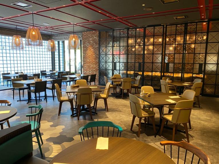 東京ベイ潮見プリンスホテルの朝食:レストラン(TIED TABLE)のテーブル&チェア