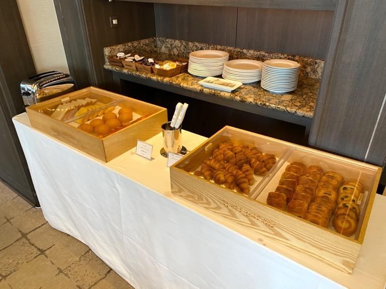 インターコンチネンタル東京ベイのクラブラウンジ:朝食のフード(パン1)