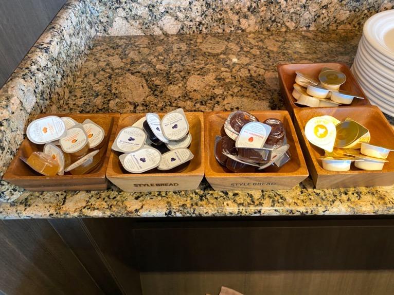 インターコンチネンタル東京ベイのクラブラウンジ:朝食のフード(パン3)