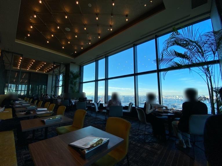 三井ガーデンホテル豊洲ベイサイドクロスの朝食:レストランの内観(窓側席)