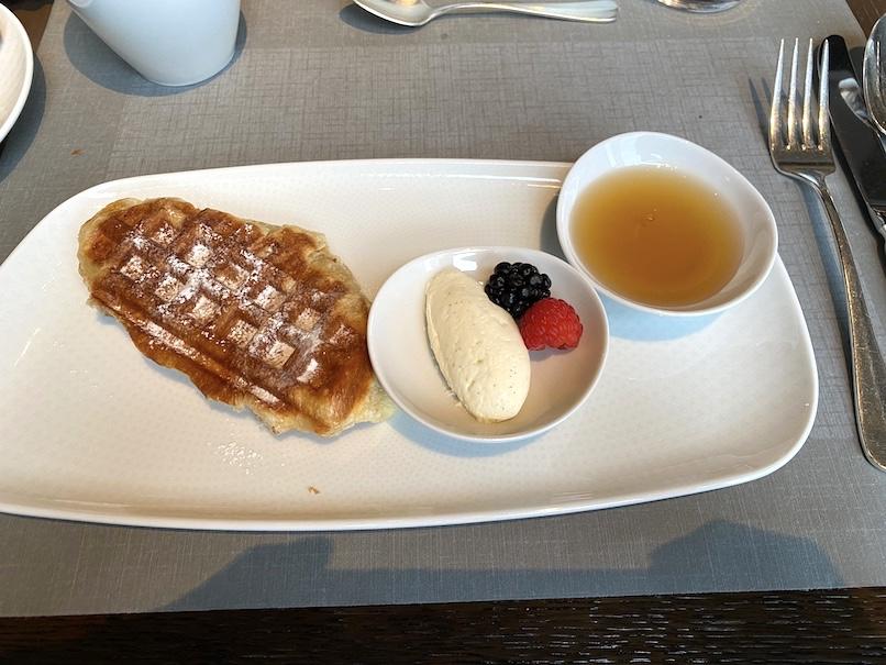 ザ・リッツ・カールトン東京の朝食:メイン(クロワッサンワッフル)