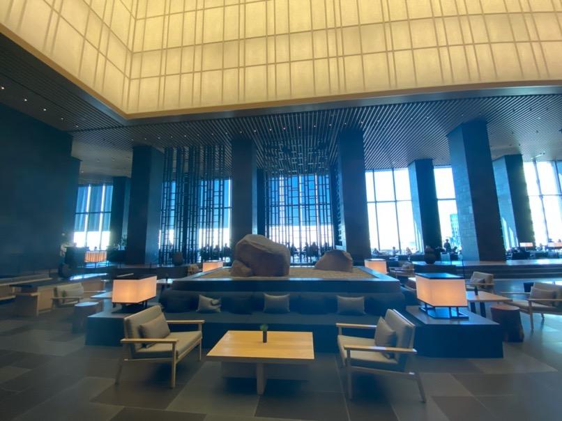 アマン東京のアフタヌーンティー:ホテルのロビー(オブジェ&ソファー)
