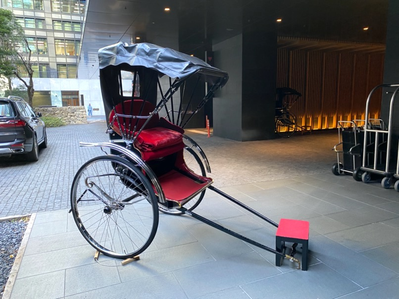 アマン東京のアフタヌーンティー:ホテルのオブジェ(人力車)