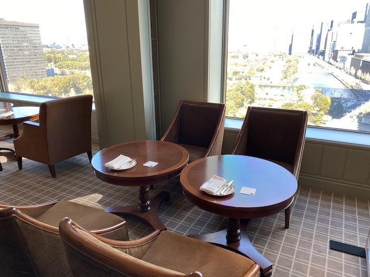 帝国ホテル東京「インペリアル カフェラウンジ アクア」のテーブル&チェア