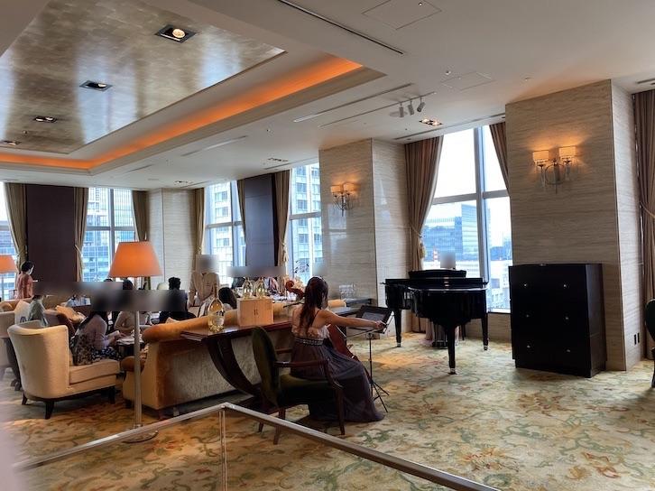 シャングリ・ラ ホテル東京「ザ・ロビーラウンジ」のフロア(生演奏)