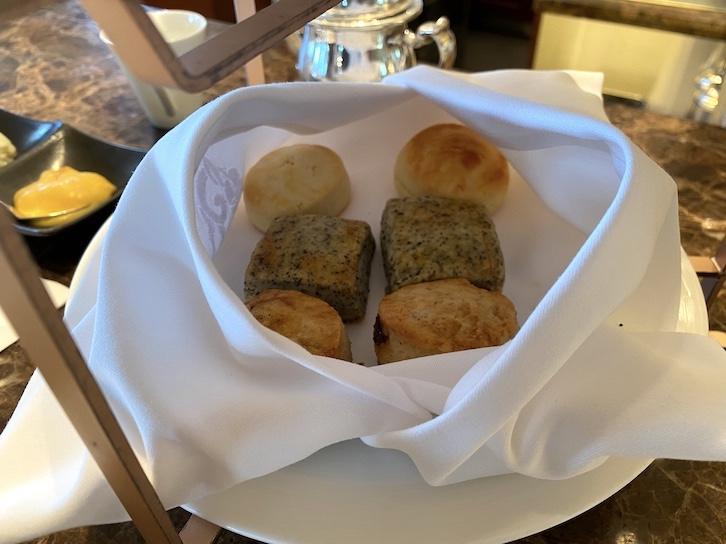 シャングリ・ラ ホテル東京「アフタヌーンティー」のフード(スコーンのトレイ)