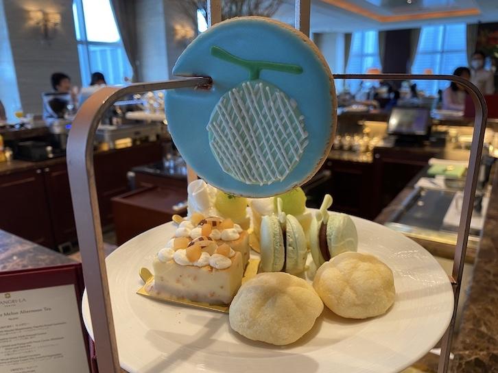 シャングリ・ラ ホテル東京「アフタヌーンティー」のフード(スイーツのトレイ)