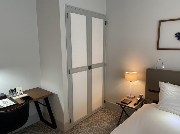 旧軽井沢KIKYOキュリオ・コレクションbyヒルトン:客室(クローゼットの外)