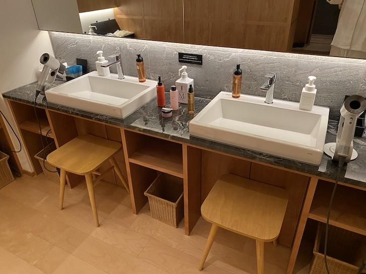 旧軽井沢KIKYOキュリオ・コレクションbyヒルトン:大浴場(洗面台)